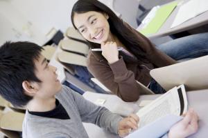 教室で話し合う大学生