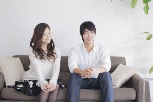 ソファーで座る男性と女性