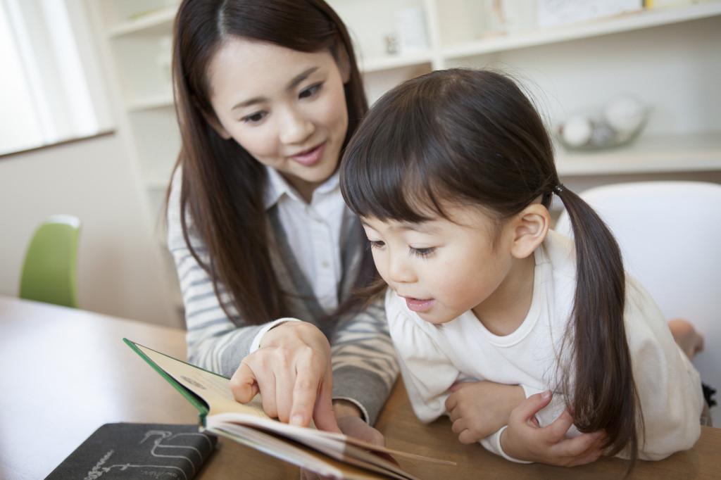 勉強する親子