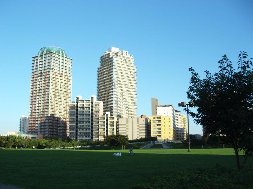 公園から見る高層マンション