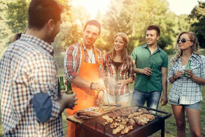 家族で、友達同士で、職場の同僚となど、何かとBBQパーティーにお呼ばれすることも多いですよね。そんな時に悩んでしまうのが、BBQに参加する時の ファッション。