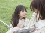 絵本を読む母と子
