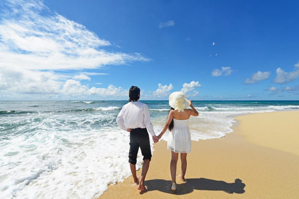 ビーチを歩くカップル