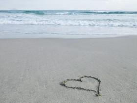砂浜に書かれたハート