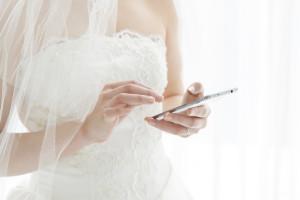 式場で携帯を触る女性