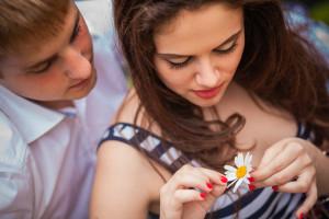 花占いをするカップル