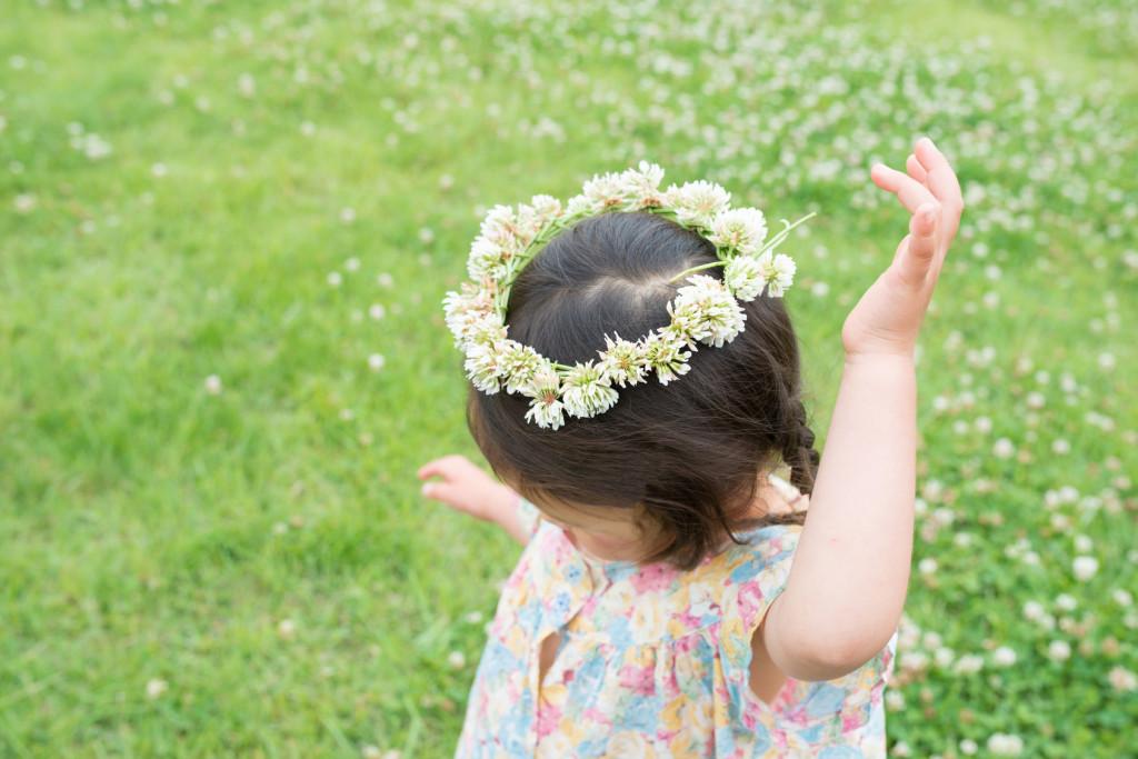 花飾りをつけた可愛い女の子