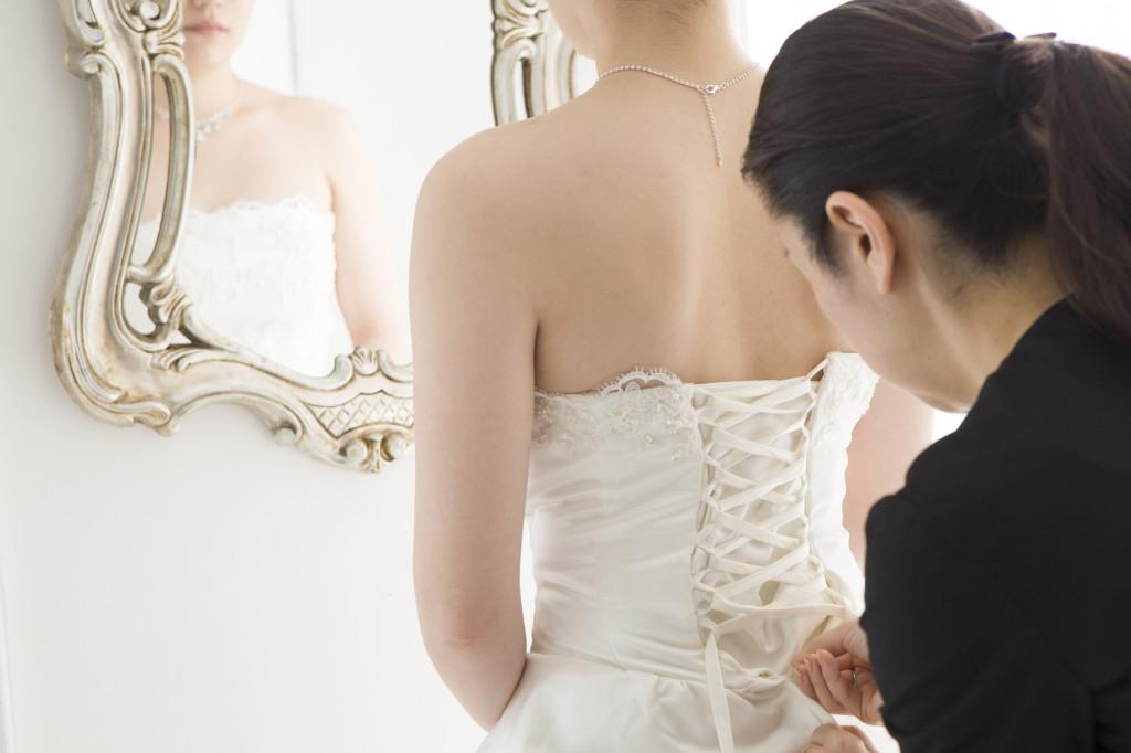 ウェディングドレスを着る女性