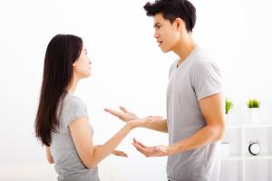 喧嘩をする夫婦