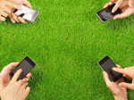 スマートフォンを操作する人たち
