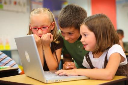 パソコンを見ている子供たち