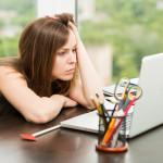 パソコンで悩む女性