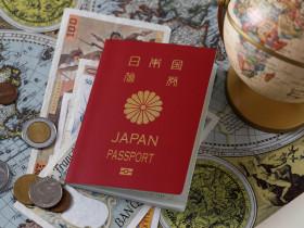 パスポートと地球儀