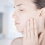 Donna con dolere denti bocca sfondo studio medico