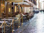 Esterno di un caff ristorante a Roma dopo la pioggia
