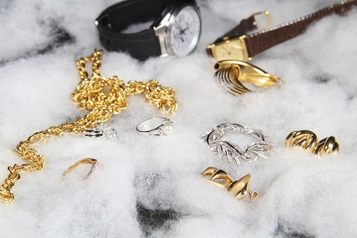 素材がわからないアクセサリーなどは貴金属店に持ち込むことで的確なケアの方法を教わることもできます。